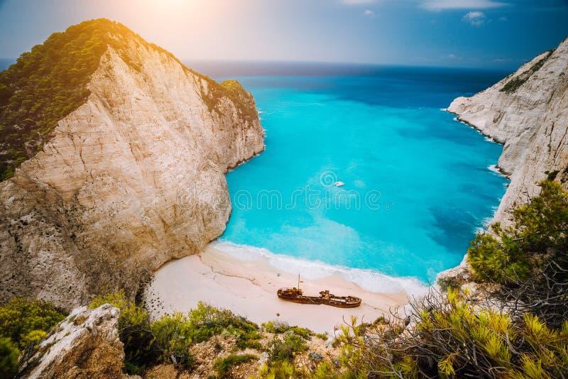 Navagio海滩或海难海湾与绿松石水和小卵石白色靠岸 著名地标地点 顶上的风景 库存照片