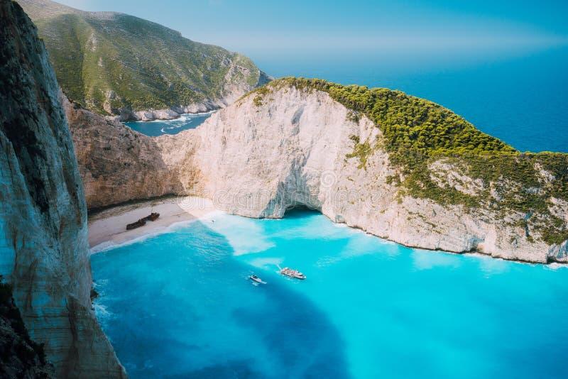 Navagiostrand, het Eiland van Zakynthos, Griekenland Twee toeristenboten die Schipbreukbaai met turkoois water en wit zand verlat stock afbeelding