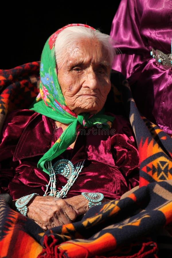 Navajo-Ältestes, das traditionelle Turquiose Schmucksachen trägt lizenzfreies stockbild