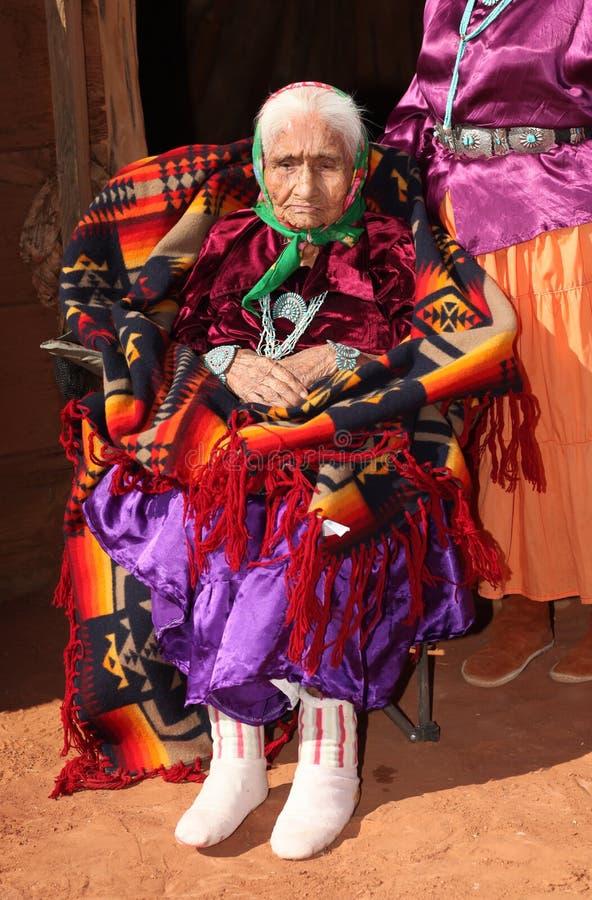 Navajo-Ältestes in der hellen traditionellen Kleidung lizenzfreies stockbild