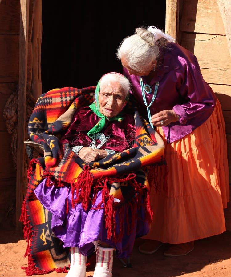 Navajo-Familie von 2 Frauen vor traditioneller Hütte lizenzfreies stockfoto