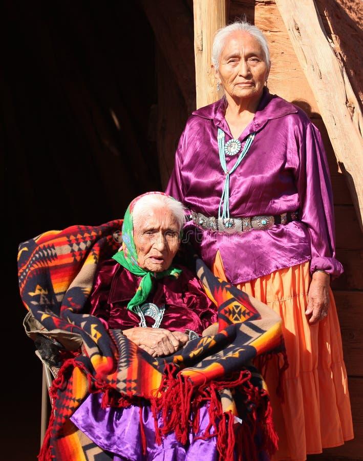 Navajo-Frauen in der traditionellen Kleidung, die Mothe sind lizenzfreies stockfoto
