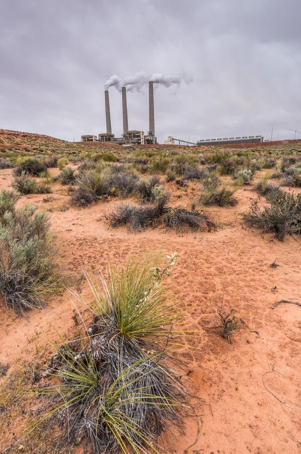 Navajo-Kraftwerk mit Wüste im Vordergrund lizenzfreie stockfotografie
