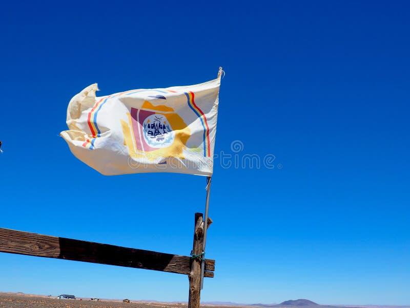 Navajo-Nations-Flagge, die im Arizona-Wind durchbrennt lizenzfreie stockfotos