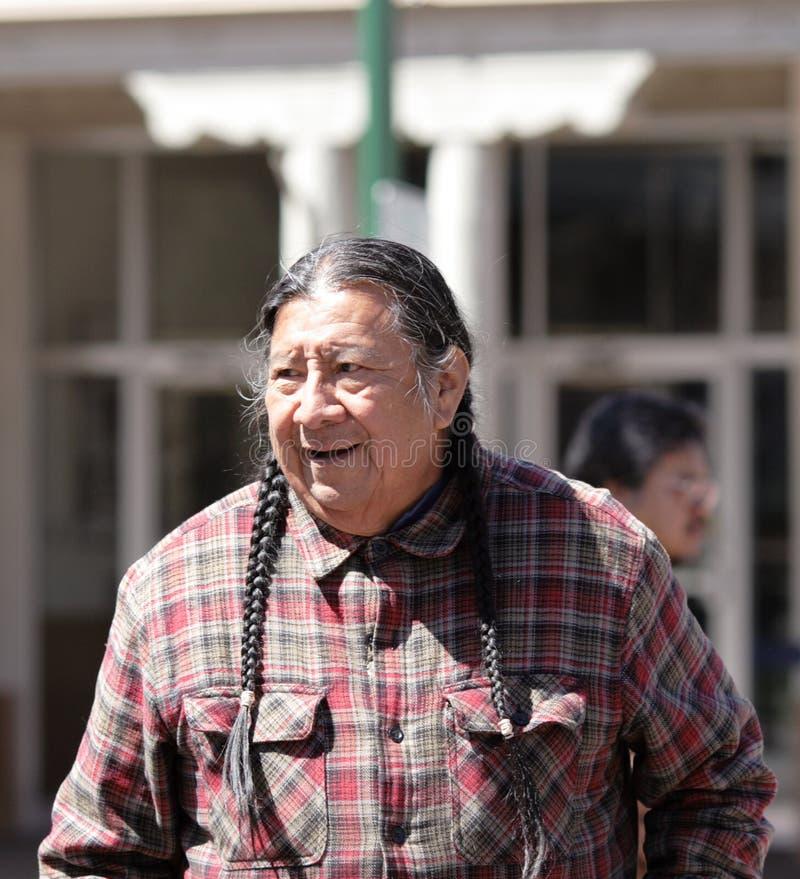 Navajomann auf der Straße von Santa Fe, New Mexiko lizenzfreie stockbilder