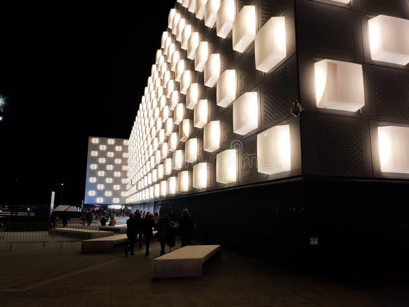 Navarra-Arena, Vielzweckpavillon in der Stadt von Pamplona, Navarra spanien Nachtbild vor einer Show lizenzfreie stockfotografie