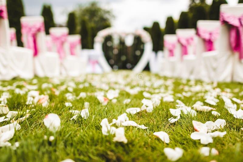 Navata laterale all'aperto di nozze alle nozze della destinazione fotografie stock libere da diritti