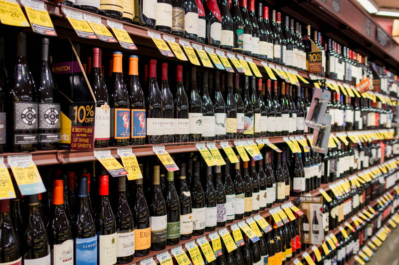 Navata laterale del vino in Safeway immagine stock