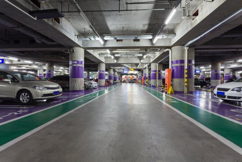 Navata laterale sotterranea di parcheggio fotografie stock libere da diritti