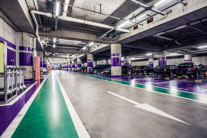 Navata laterale sotterranea di parcheggio immagini stock