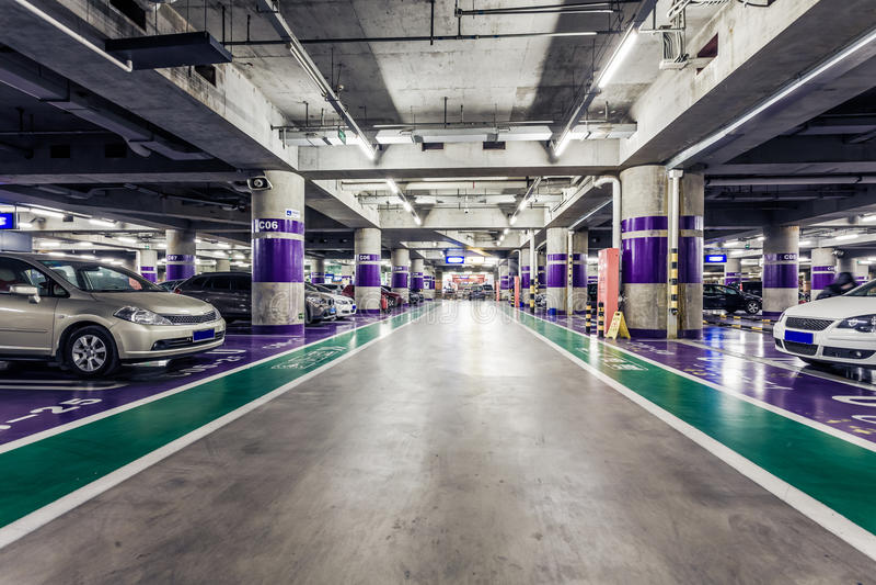 Navata laterale sotterranea di parcheggio immagine stock libera da diritti
