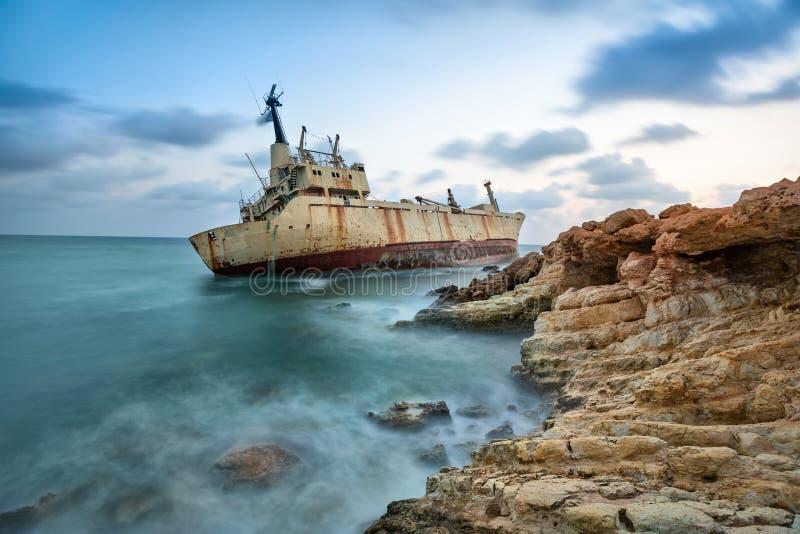 Nave abandonada cerca de la costa de Chipre imagenes de archivo