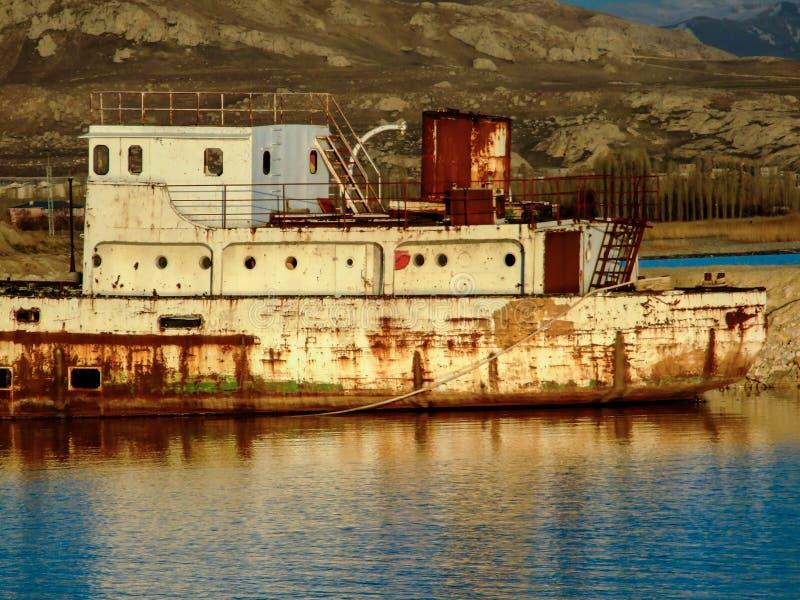 Nave abandonada cerca del lago Van, Turquía imagenes de archivo