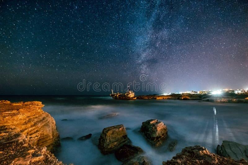 Nave abandonada Edro III cerca de la playa de Chipre en la noche fotografía de archivo