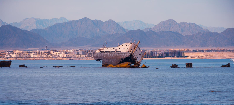 Nave abandonada en el mar fotos de archivo libres de regalías