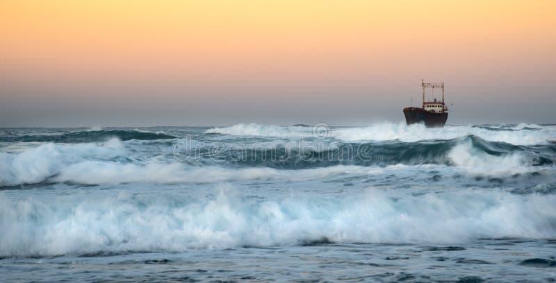 Nave abandonada en el mar tempestuoso foto de archivo libre de regalías