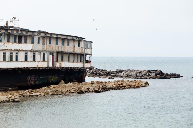 Nave abandonada vieja en la costa del Mar Negro en la Crimea foto de archivo libre de regalías