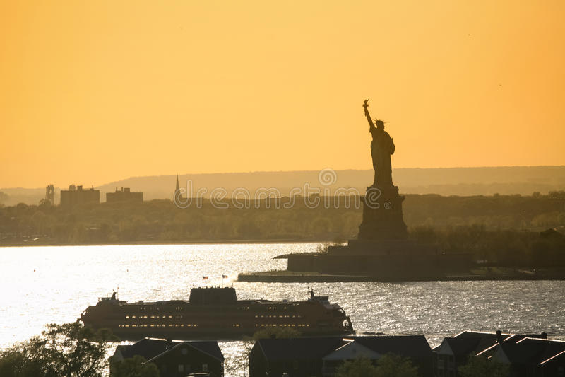 Nave al lado de la estatua de la libertad foto de archivo libre de regalías