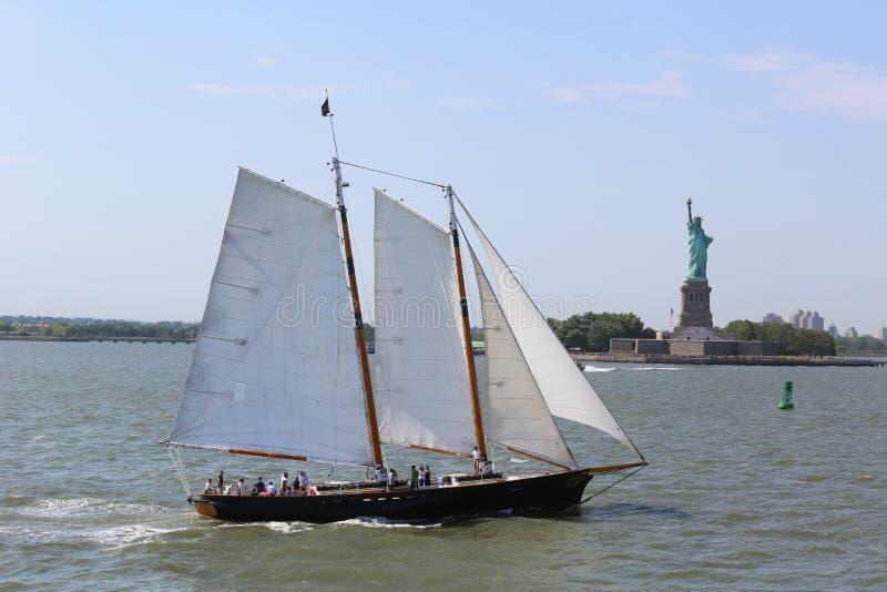 Nave alta accanto alla statua della libertà a New York fotografie stock libere da diritti