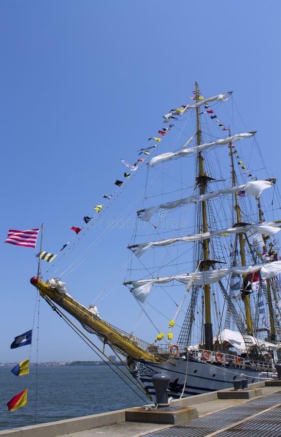 Nave alta adornada con las banderas de señal marítimas en el puerto de Nueva York imagenes de archivo