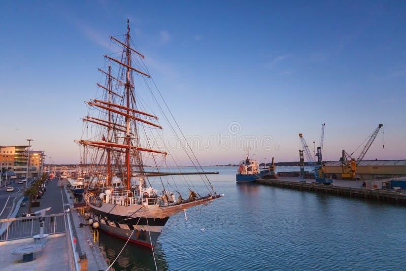 Nave alta amarrada en Poole Quay foto de archivo