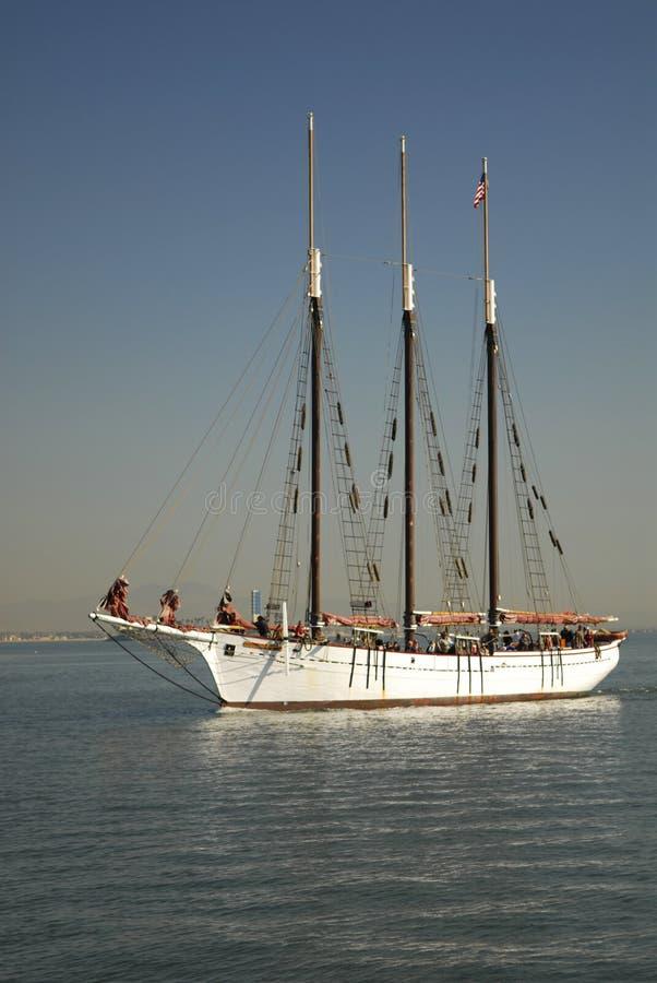 Nave alta cerca del puerto de Long Beach, California fotos de archivo