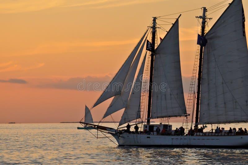 Nave alta del goleta del barco de vela de la puesta del sol foto de archivo libre de regalías