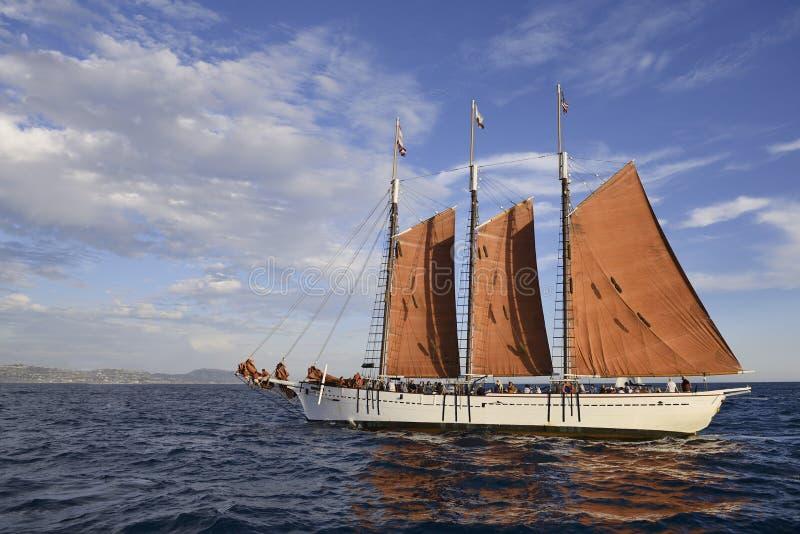 Nave alta sotto la vela fotografie stock libere da diritti