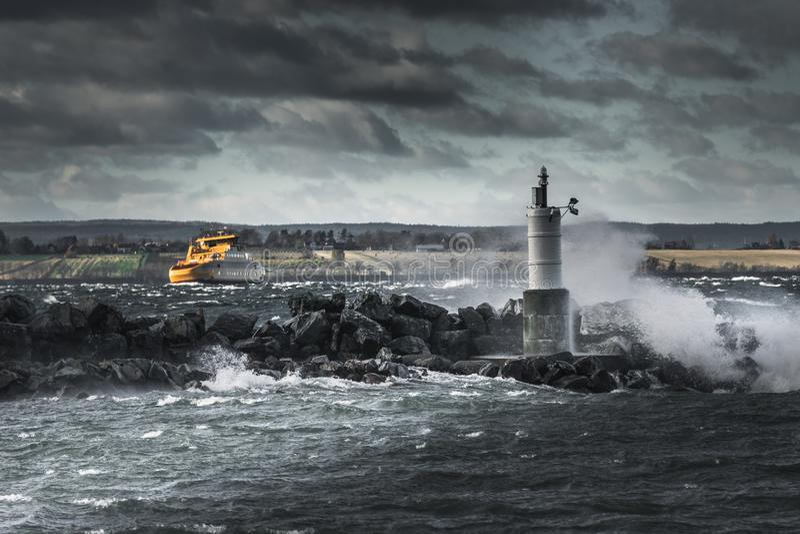 Nave amarilla que lucha en clima tempestuoso foto de archivo libre de regalías