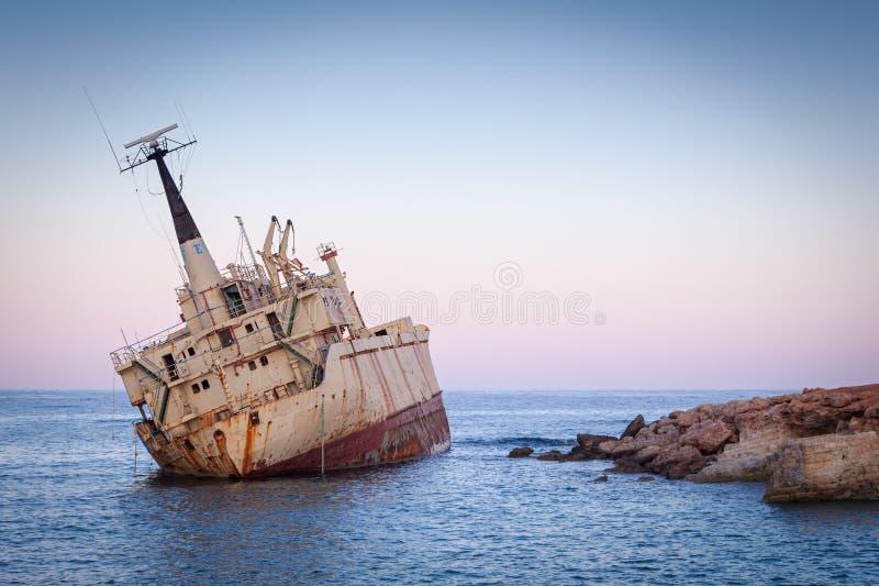 Nave arrugginita Edro III abbandonata nei pressi di Pegeia, Paphos, Cipro immagini stock libere da diritti
