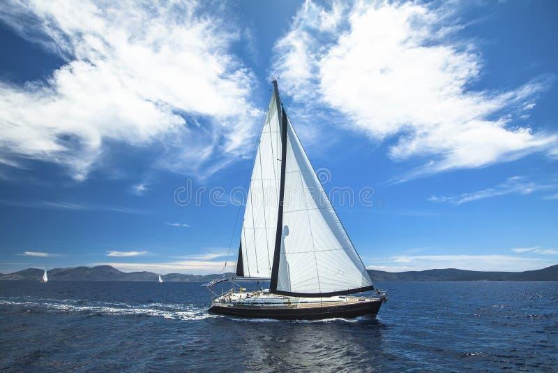 nave Barco luxuoso que viaja no mar yachting imagem de stock royalty free