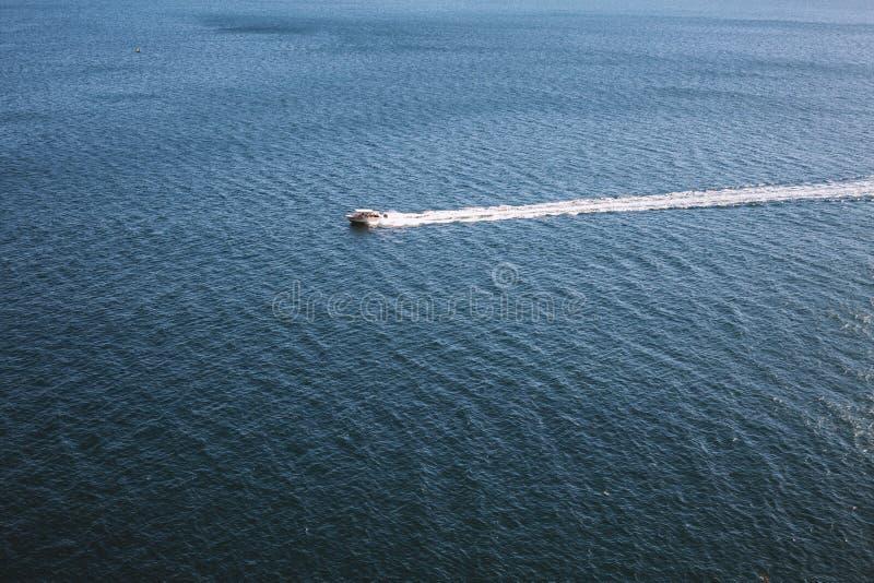 Nave blanca del barco de motor en una superficie de la agua de mar fotografía de archivo