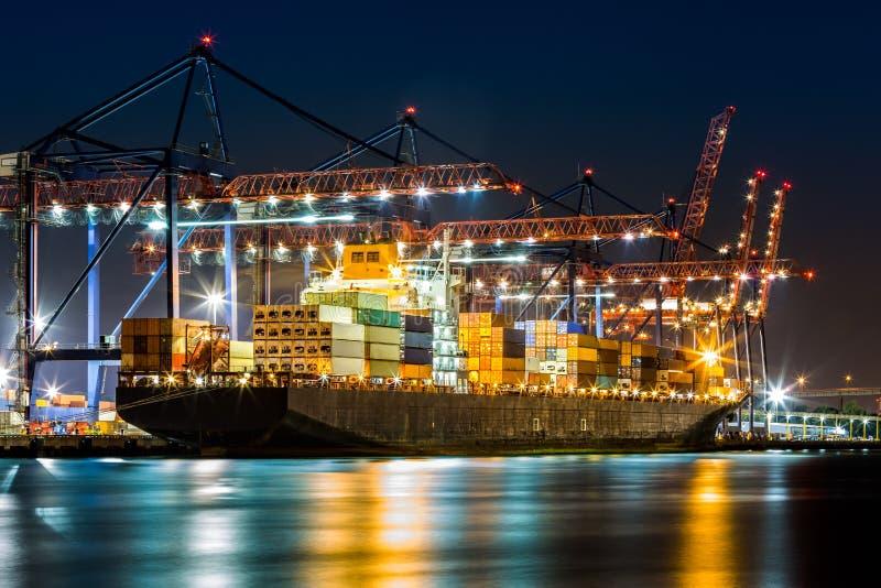 Nave cargada en la terminal de contenedores de Nueva York imágenes de archivo libres de regalías