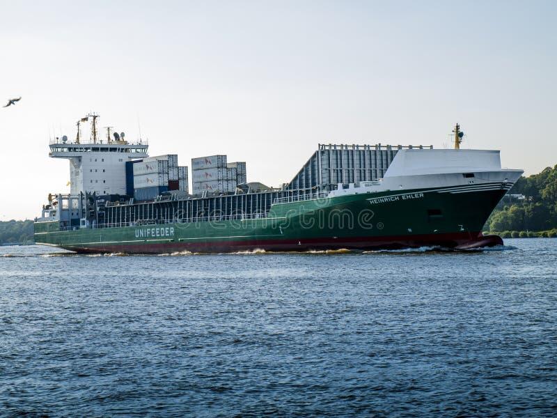 Nave che arriva nel porto di Amburgo immagine stock