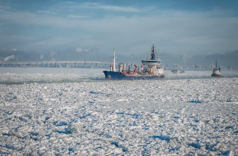 Nave che passa attraverso il mare del ghiaccio Tratto navigabile di inverno fotografie stock libere da diritti