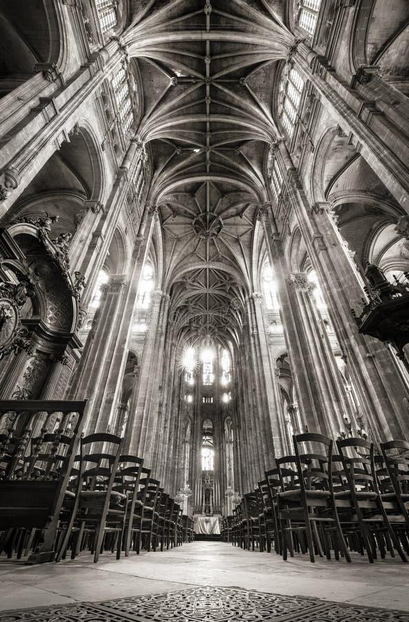 Nave com arcos arcados, igreja de Saint Eustache, Paris, França imagens de stock