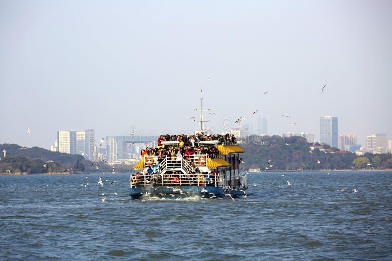 Nave con i viaggiatori di massa sul lago Taihu, Wuxi, Cina fotografia stock