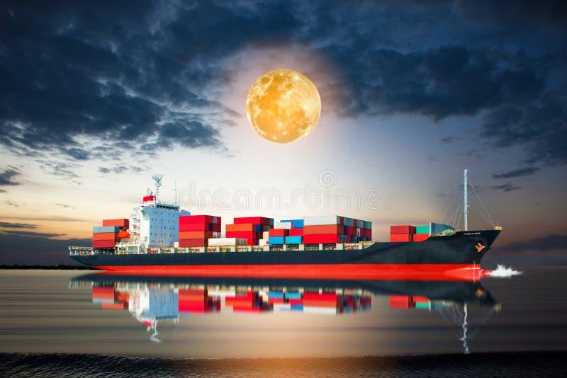 Nave con il contenitore nella luna piena immagine stock