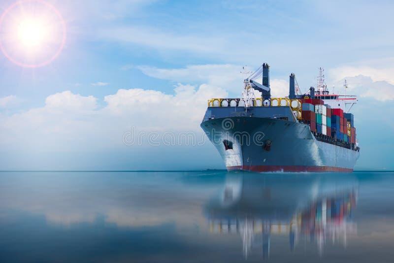 Nave con il contenitore su cielo blu immagini stock libere da diritti