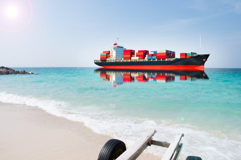Nave con il contenitore sul mare di blure fotografie stock