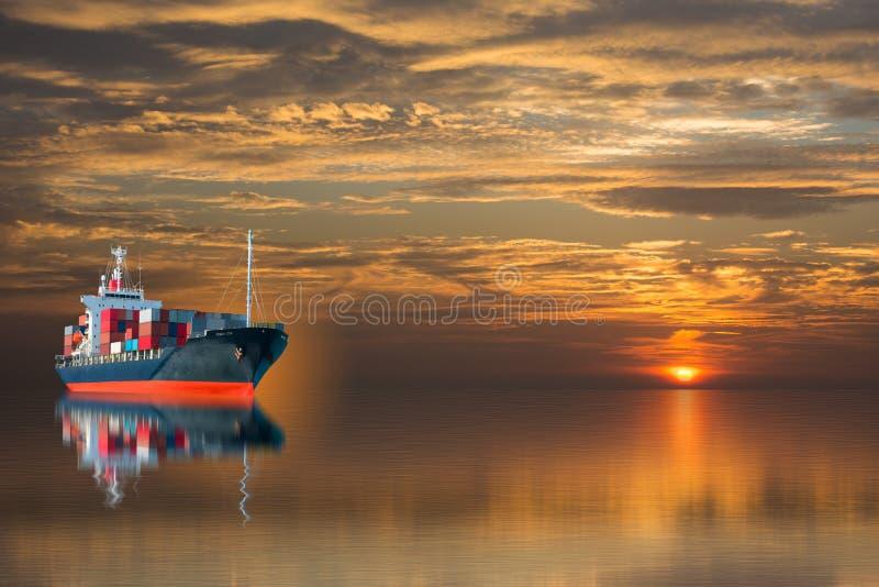 Nave con il contenitore sul tramonto fotografia stock