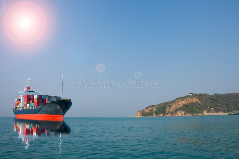 Nave con il contenitore sulla vista della collina fotografia stock