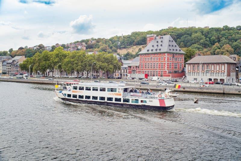 Nave con los turistas en un río la Mosa imagenes de archivo