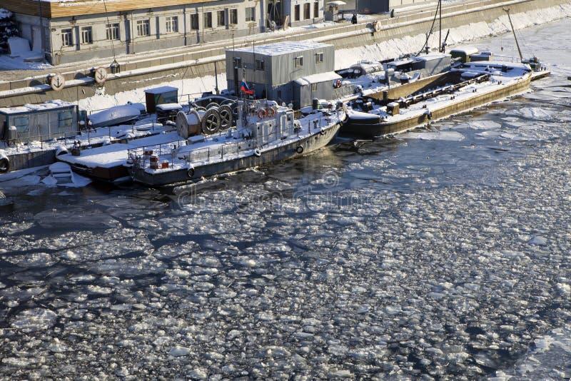Nave congelata sul fiume di Mosca fotografie stock libere da diritti