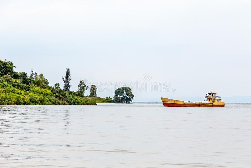 Nave da carico ancorata alla riva, lago kivu, Ruanda fotografia stock
