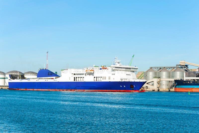 Nave da carico blu moderna in porto lituano di Klaipeda immagine stock