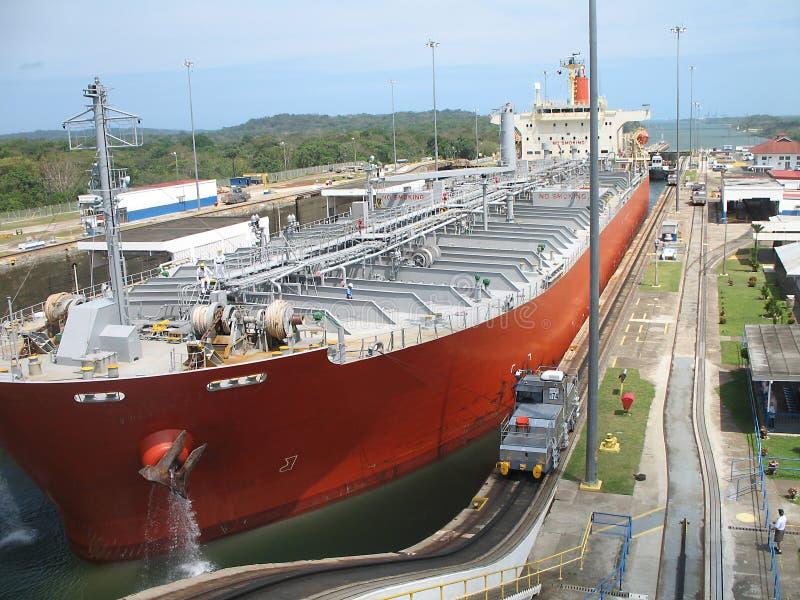 Nave da carico in canale di Panama immagini stock libere da diritti