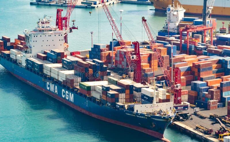 Nave da carico che ? caricata al porto di Salerno fotografia stock