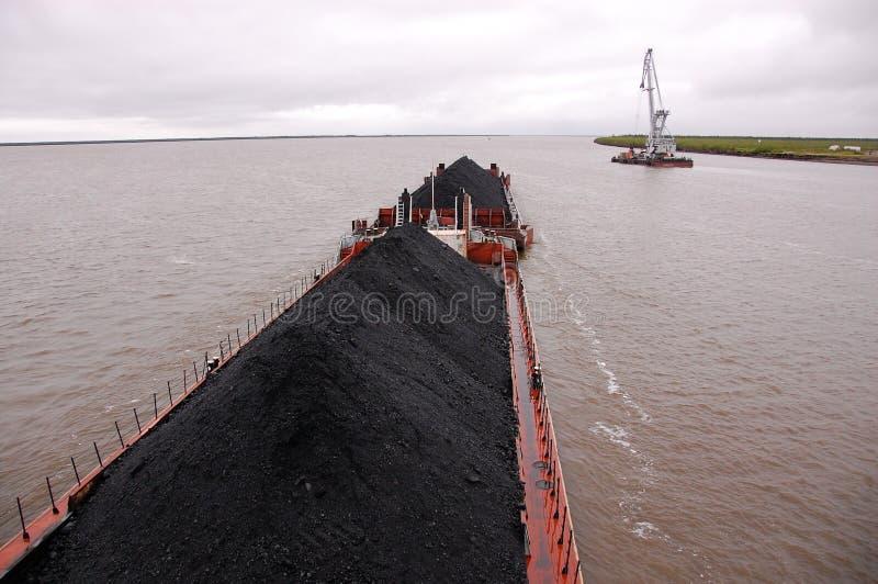 Nave da carico con carbone ad entroterra della Russia del fiume di Kolyma immagini stock libere da diritti
