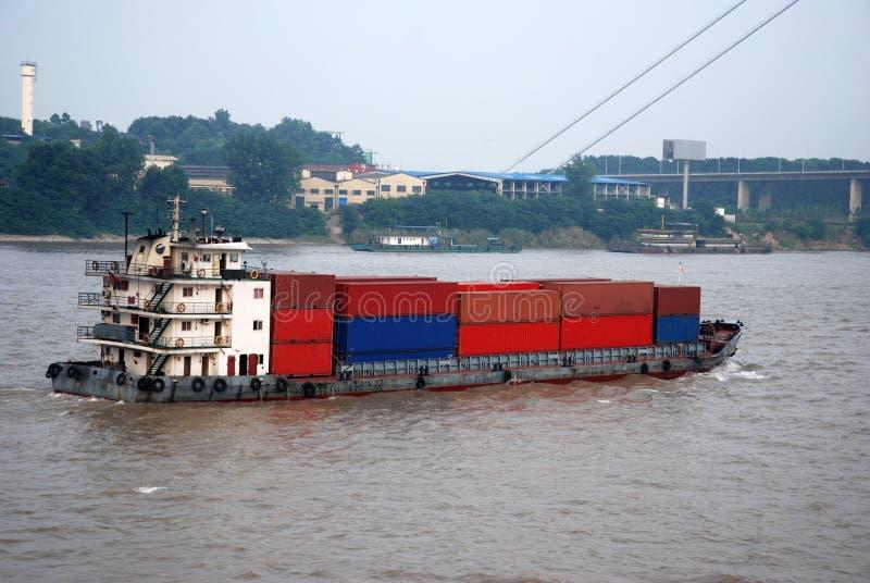 Nave da carico con i contenitori alla banca del fiume Chang Jiang fotografia stock libera da diritti